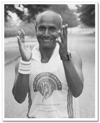 Sri Chinmoy aplaudiendo.